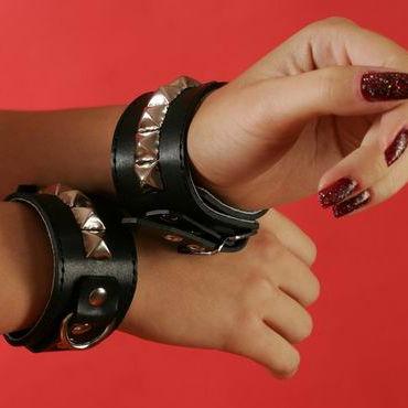 Podium наручники Узкие, с пуклями в виде пирамидки podium наручники на